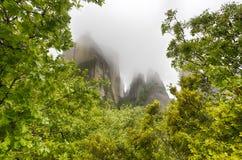 在雨以后的迈泰奥拉岩石 免版税库存图片