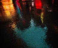 在雨以后的NYC街道与在湿沥青的反射 免版税库存照片