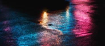 在雨以后的NYC街道与在湿沥青的反射 免版税库存图片