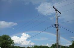 在雨以后/加倍彩虹/云彩动物/输电线 库存图片