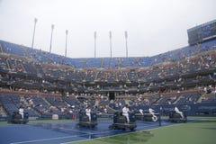 在雨延迟以后的美国公开赛清洗人员干燥网球场在亚瑟Ashe体育场 免版税图库摄影
