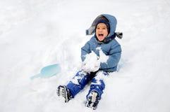 在雪、子项和幸福的巨大活动 免版税库存照片
