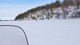 在雪上电车的照相机移动沿用森林盖的小山 影视素材