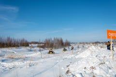 在雪上电车的竞争在节日冬天乐趣在Uglich, 图库摄影