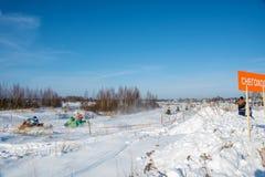 在雪上电车的竞争在节日冬天乐趣在Uglich, 库存图片