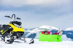 在雪上电车的车手在山 活跃驱动 库存图片