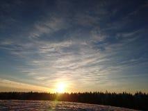 在雪上的蓝天 图库摄影