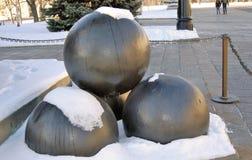 在雪下的古炮炮弹 库存照片