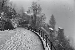 在雪下的古老缆索铁路的驻地 库存图片