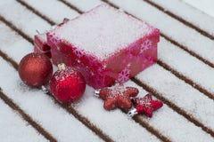在雪下的圣诞节首饰 库存照片