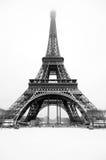 在雪下的埃佛尔铁塔 库存照片