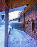 在雪下的大阳台在森林cottage2里 库存照片