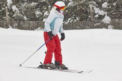 在雪下的妇女滑雪 滑雪雪体育运动跟踪冬天 高加索dombay区域滑雪倾斜 免版税库存图片