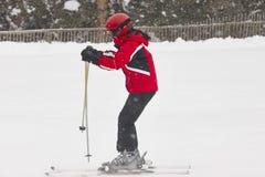 在雪下的妇女滑雪 滑雪雪体育运动跟踪冬天 高加索dombay区域滑雪倾斜 免版税图库摄影