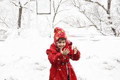 在雪下的孩子 库存照片
