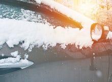 在雪下的对门的汽车在冬天,特写镜头和镜子 免版税库存照片