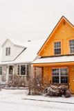 在雪下的房子 库存照片