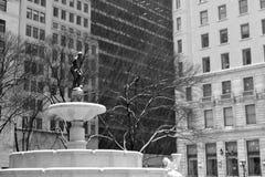 在雪下的普利策喷泉在黑白 库存图片