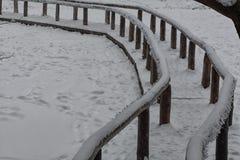 在雪下的曲线桥梁 图库摄影