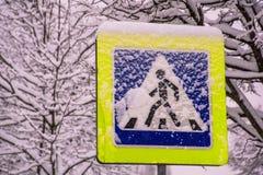 在雪下的标志 免版税库存图片