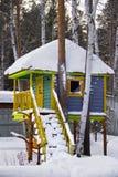 在雪下的树上小屋 图库摄影