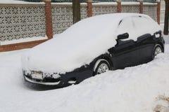 在雪下的汽车在布鲁克林,在巨型的冬天风暴朱诺以后的NY碰撞东北部 免版税库存图片