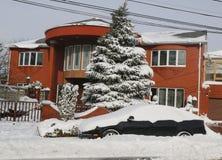 在雪下的汽车在布鲁克林,在巨型的冬天风暴朱诺以后的NY碰撞东北部 库存照片