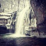 在雪下的瀑布 库存照片