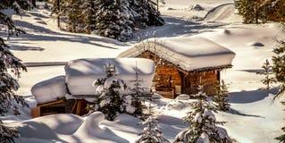 在雪下的瑞士山中的牧人小屋 库存照片