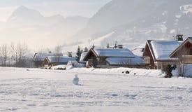 在雪下的瑞士山中的牧人小屋 免版税库存图片