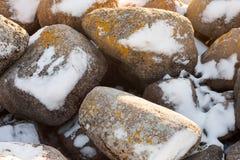 在雪下的石头 免版税图库摄影