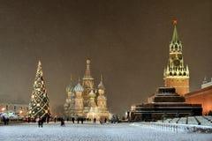在雪下的红场在圣诞节前 免版税库存图片