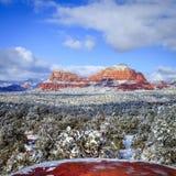 在雪下的红色岩石 库存照片