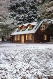 在雪下的议院 免版税图库摄影