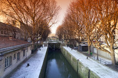 在雪下的运河st Matin在巴黎 免版税库存图片