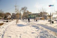 在雪中的狭窄的道路在保加利亚语波摩莱,冬天大街漂移2017年 库存图片