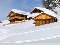 在雪中间的瑞士山中的牧人小屋高在意大利白云岩 图库摄影