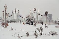 在雪之下的喷泉 库存照片