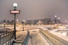 在雪之下的地铁符号在巴黎 免版税库存图片