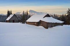 在雪之下的小屋 免版税库存图片