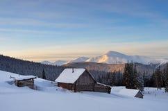 在雪之下的小屋 图库摄影