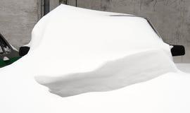 在雪之下的汽车 库存图片