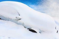 在雪之下的汽车 免版税图库摄影