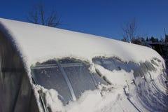 在雪之下的温室在冬天 免版税库存照片