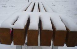 在雪之下的长凳 库存图片