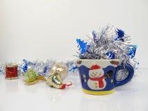 在雪人逗人喜爱的杯子的银色丝带, 库存图片