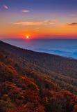 在雪伦多亚河谷和阿巴拉契亚人Mountai的秋天日落 库存照片