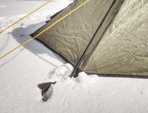 在雪停住的野营的帐篷细节 极端冬天艰苦跋涉 免版税库存图片