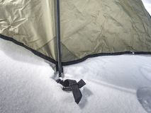 在雪停住的野营的帐篷细节 极端冬天艰苦跋涉 免版税库存照片
