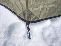 在雪停住的野营的帐篷细节 极端冬天艰苦跋涉 库存照片